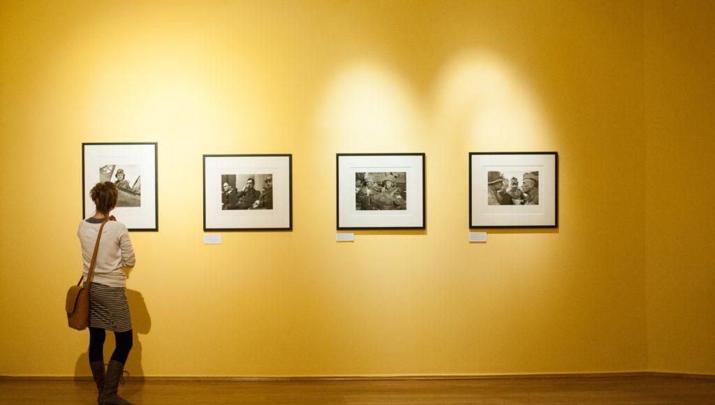 Kobieta ogląda obrazy na wystawie