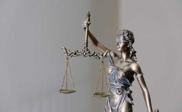 Rzeźba Temidy z wagą. Symbol sprawiedliwości