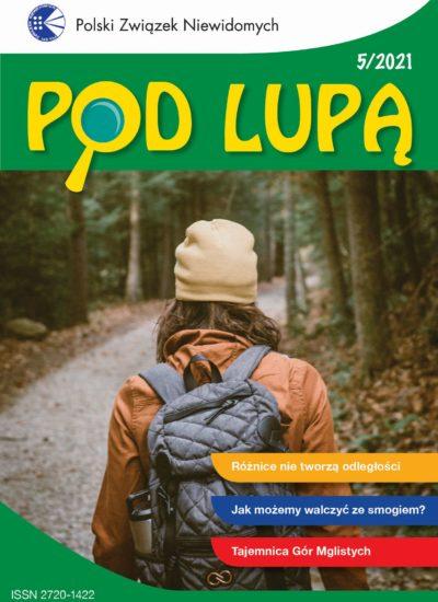 okładka Pod lupą 5/2021; dziewczyna idzie przez las, ma na głowie czapkę, na plecach plecak, widać ją od tyłu