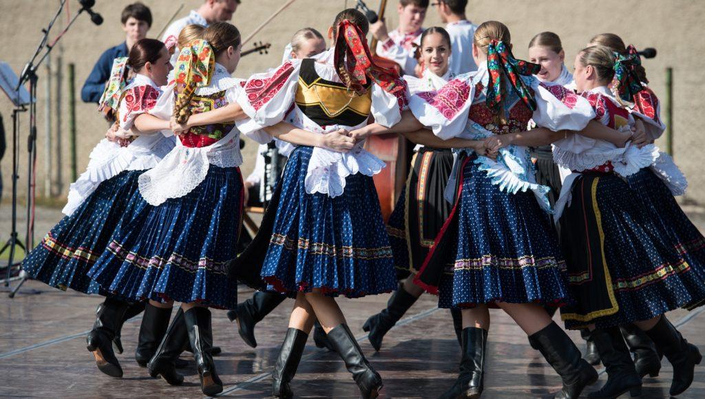 Tancerze z zespołu folklorystycznego w tańcu